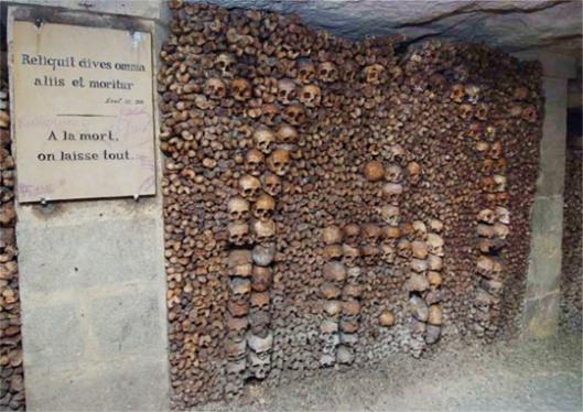 Décor d'ossements en forme d'arche